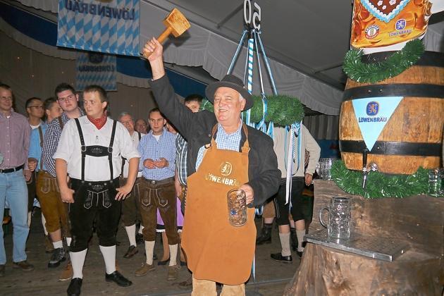 Der zweite Vorsitzende Berni Voss hatte die besondere Ehre, beim traditionellen Fassanstich den Hammer zu schwingen. Schon der erste Schlag saß und brachte das Bier zum Fließen. Foto: fre